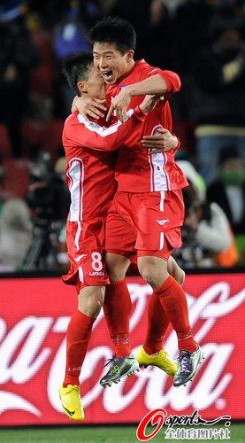 图文:巴西2-1朝鲜 志尹南庆祝