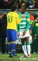 图文:巴西3-1科特迪瓦 德罗巴与卡卡交流