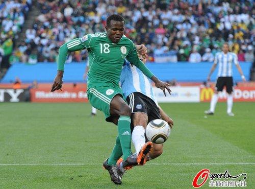 图文:阿根廷1-0尼日利亚 奥宾纳拿球