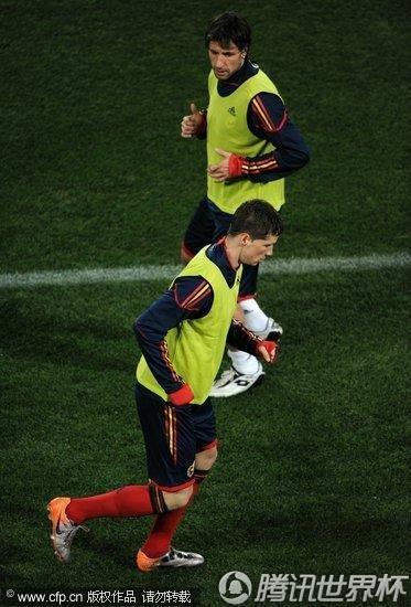 2010世界杯H组前瞻:西班牙夜晚训练加紧备战 比利亚忙里偷闲打哈欠