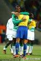 图文:巴西3-1科特迪瓦 双方球员拥抱