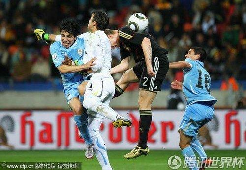 图文 乌拉圭VS德国 阎森跳起攻门