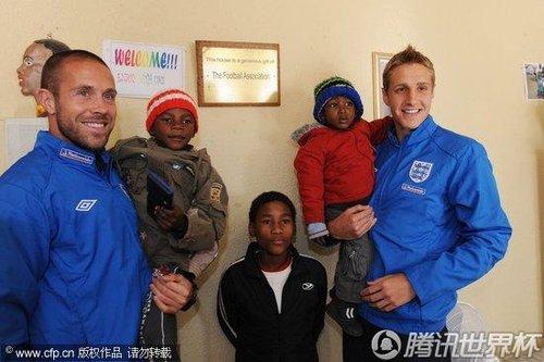 2010世界杯第5日:英格兰球员道森到访 小球迷如过节
