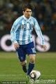 图文:阿根廷3-1墨西哥 梅西控球特写