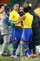 图文:巴西3-1科特迪瓦 巴西球员握手庆祝