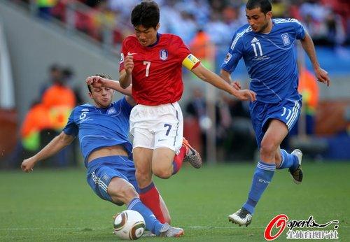 图文:韩国VS希腊 朴智星迅速插上