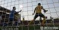 图文:加纳1-1澳大利亚 科威尔手球瞬间
