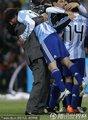 图文:阿根廷3-1墨西哥 老马抱起梅西