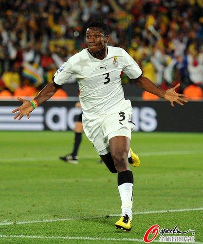 现场:进球功臣披国旗绕场一周 加纳球迷狂欢