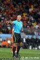 图文:荷兰0-1西班牙 裁判示意开球方向