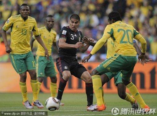 图文:揭幕战南非1-1墨西哥 萨尔西多遭围堵