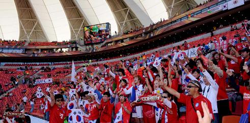 朝鲜日报:韩国首战竟遭冷场 红魔成球场主角