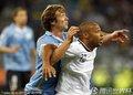 图文:法国0-0闷平乌拉圭 亨利被架起