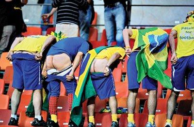 巴西球迷抗议输球 集体背身脱裤子露屁股(图)