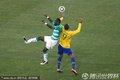 图文:巴西3-1科特迪瓦 双方球员争顶头球