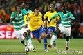 图文:巴西3-1科特迪瓦 法比亚诺带球突破