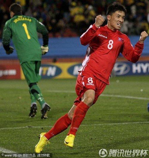 图文:巴西2-1朝鲜 志尹南进球意气风发
