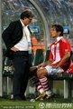 图文:巴拉圭5-3日本 马蒂诺与圣克鲁斯交谈