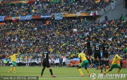 图文:揭幕战南非1-1墨西哥 皮纳尔秀任意球