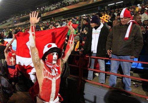 丹麦2裸奔球迷大闹球场 世界杯安保再惹质疑
