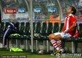 图文:巴拉圭5-3日本 圣克鲁斯独自坐着
