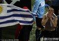 乌拉圭队员飞吻球迷