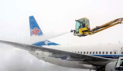 大雪过后乌鲁木齐机场逐渐恢复