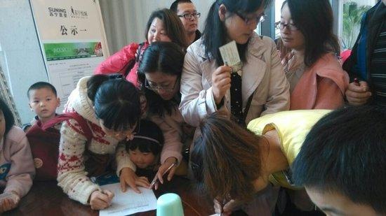 手绘风筝放飞梦想 苏宁悦城风筝节活动温馨上演