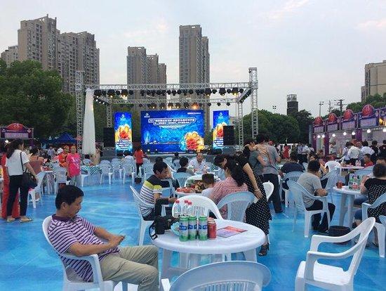 龙虾·美食欢乐嘉年华开幕!湖滨商业街被挤爆啦!