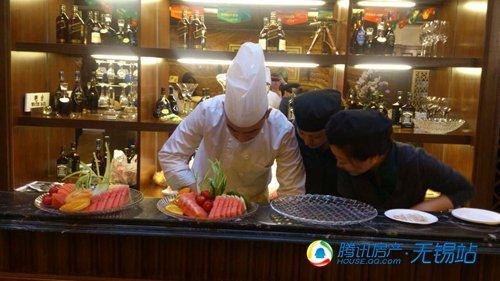 大师在制作水果拼盘中-5.18金辉梁溪原筑举办水果派对 家电大奖疯狂砸