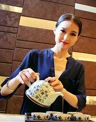 让她为你沏壶茶