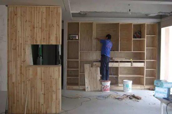 等木工阶段让木工师傅开始打制家具,如果要买成品家具,就需要请商家