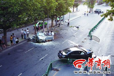 跑车西安闹市区狂飙 跑车内人员一死两伤