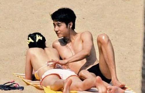 洪欣穿比基尼与张丹峰沙滩嬉戏