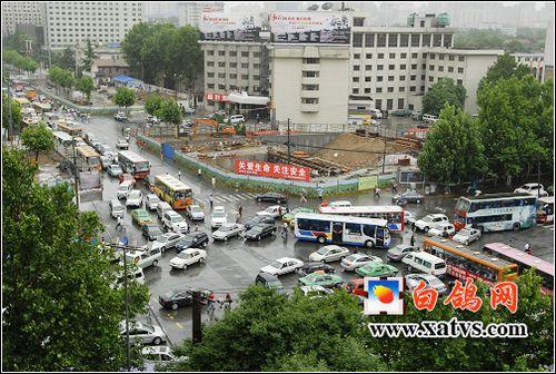 暴雨突袭西安 南门外地铁施工隧道被淹(转自白鸽网)