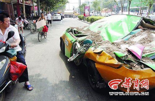 一拉土车拐弯速度太快 侧翻后压扁旁边出租车