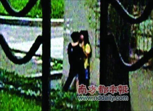 网上流传高中女生当街激吻视频 引发热议(图)