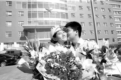 24岁小伙阅兵村里向民兵女友求婚