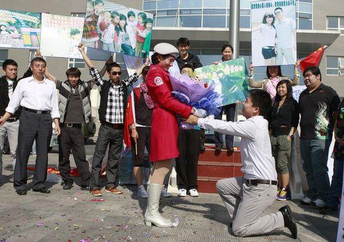 阅兵村上演求婚仪式:24岁小伙向民兵女友求婚