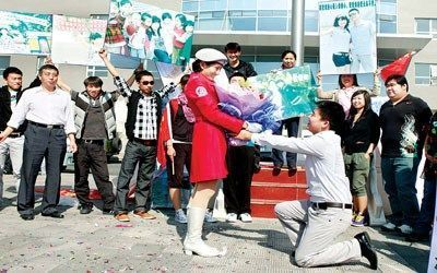 24岁小伙阅兵村里向民兵女友求婚(图)
