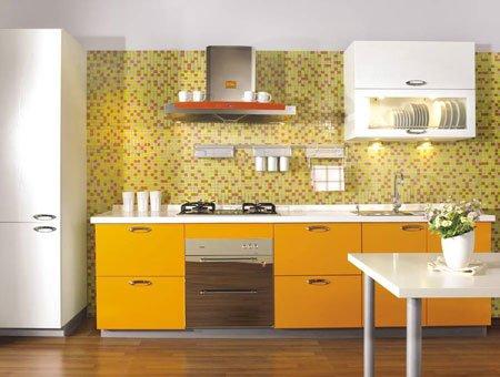 """厨房设计的最基本概念是""""三角型工作空间"""",所以洗菜池、冰箱及灶台都要安放在适当位置,最理想的是呈三角形,相隔的距离最好不超过一米。在设计工作之初,最理想的做法就是根据个人日常操作家务程序作为设计的基础。"""