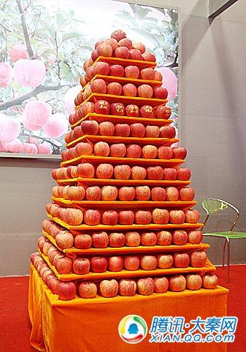 以宝塔山宝塔为原型的苹果摆放造型在延安馆很受欢迎