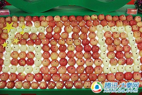 用苹果摆成的60数字,也是为祖国的献礼