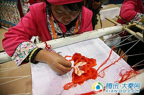 农村妇女展现精彩刺绣绝活,赢得在场观众一片叫好