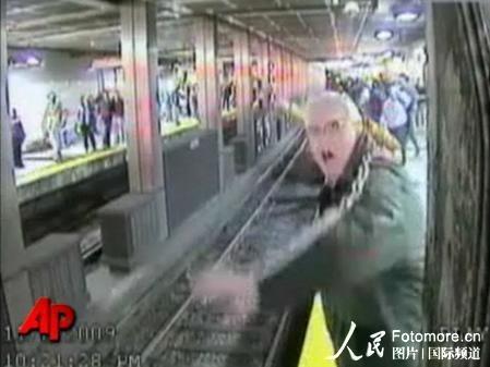 组图:美醉酒妇女跌下地铁站台险被列车轧死