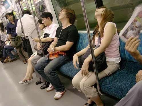 日本地铁美女睡姿太撩人!