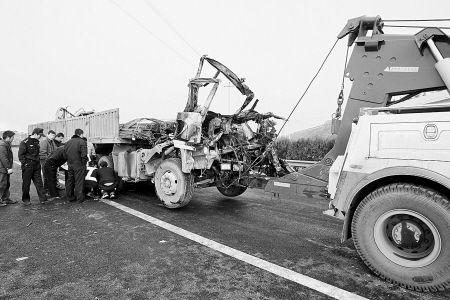 陕西西禹高速大雾致使32辆车追尾  2死14伤