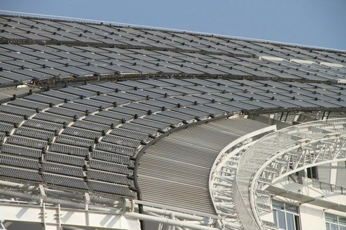 大厦外层钢结构上架设了密密麻麻的集热器.
