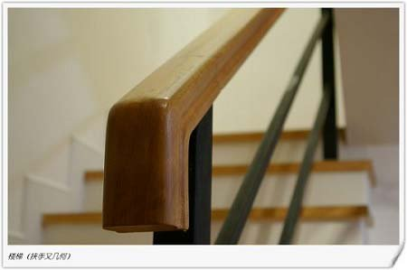 楼梯口的玻璃上也是几何的元素图片