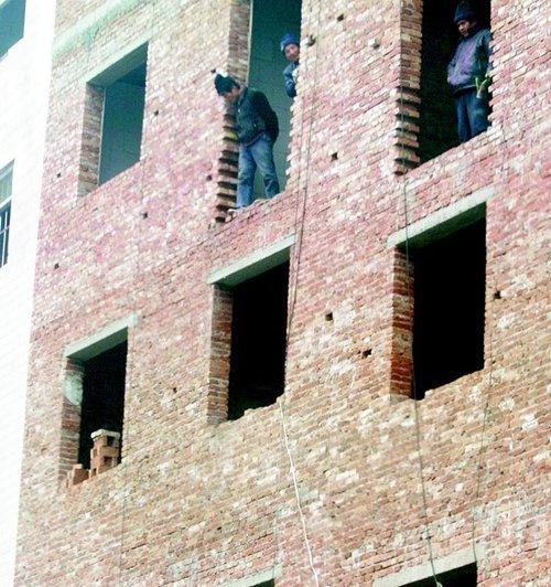 三层楼房加盖到八层 村民只为获得拆迁赔偿